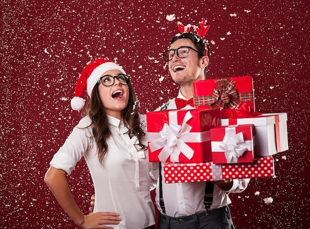 Szczęśliwa para frajerów z prezentami świątecznymi