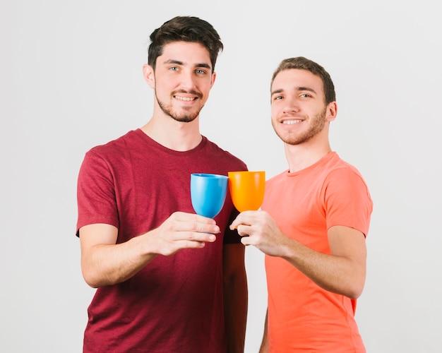 Szczęśliwa para gejów szczęk szklanki