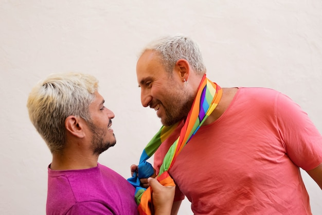 Szczęśliwa para gejów z flagą lgbt