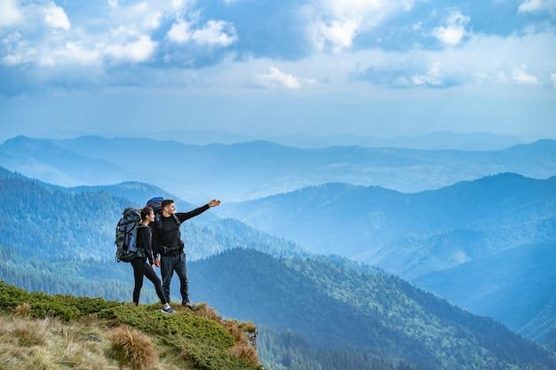 Szczęśliwa para gestykulująca na klifie