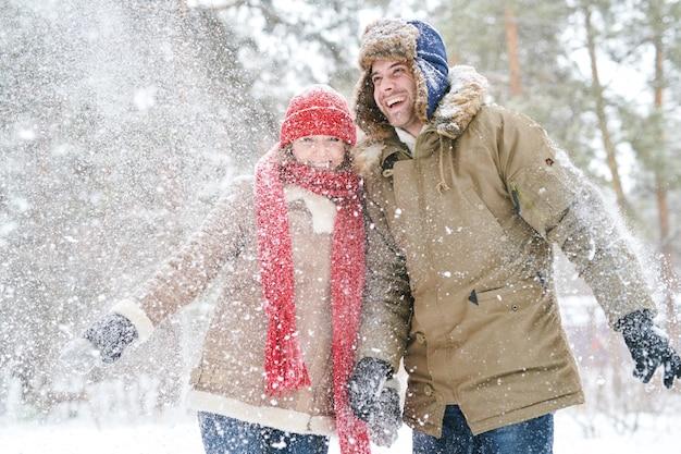 Szczęśliwa para gra ze śniegu