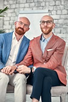 Szczęśliwa para homoseksualna w środowisku biurowym. para homoseksualna pokazująca światu swoją czystą miłość i przyjaźń.