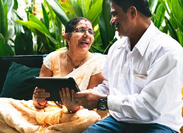 Szczęśliwa para indyjskich spędzać czas razem