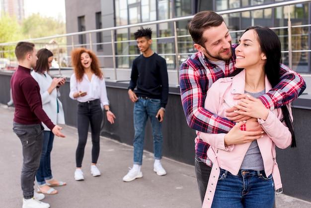 Szczęśliwa para kochać siebie na zewnątrz w pobliżu budynku