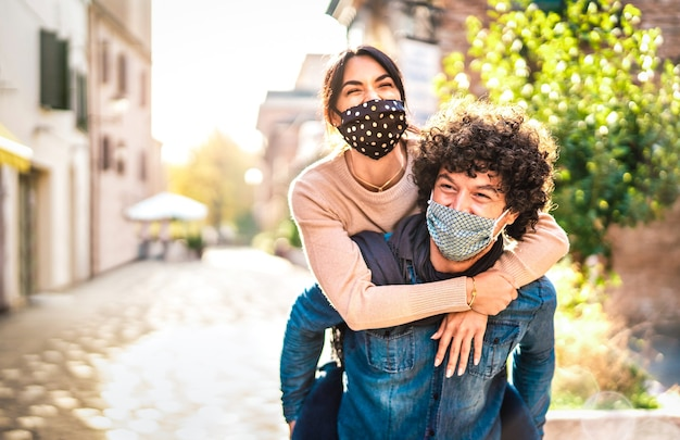 Szczęśliwa para kochanków ciesząc się czasem na świeżym powietrzu