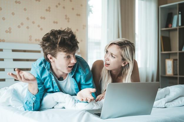 Szczęśliwa para korzystanie z laptopa na łóżku