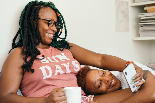 Szczęśliwa para lesbijek robi selfie w łóżku