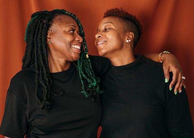 Szczęśliwa para lesbijek stojąca