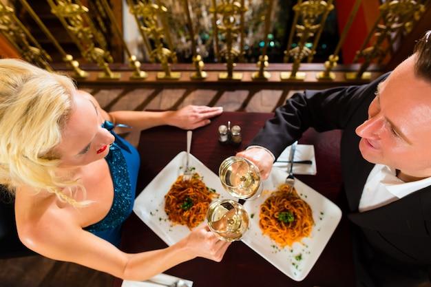 Szczęśliwa para ma romantyczną randkę w eleganckiej restauracji