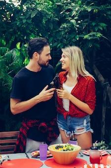 Szczęśliwa para ma zabawę plenerową.