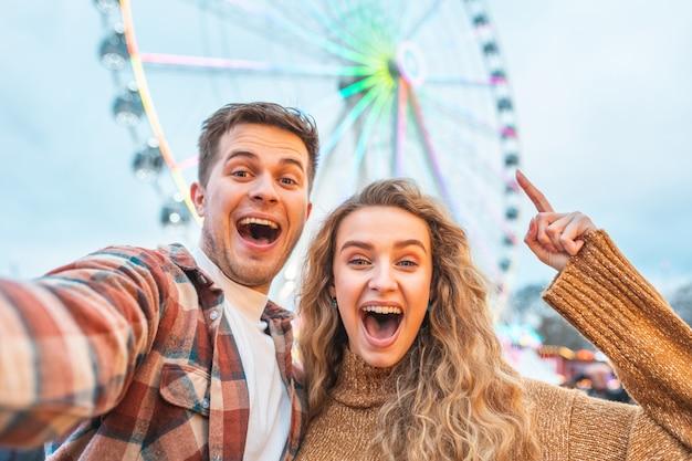 Szczęśliwa para ma zabawę przy parkiem rozrywki w londyn