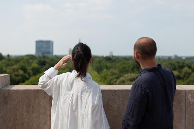 Szczęśliwa para małżeńska patrząca na widok na metropolię