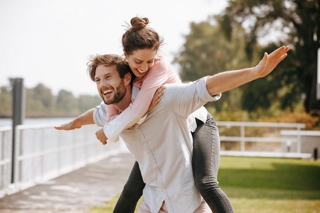 Szczęśliwa para małżeńska zabawy razem na świeżym powietrzu