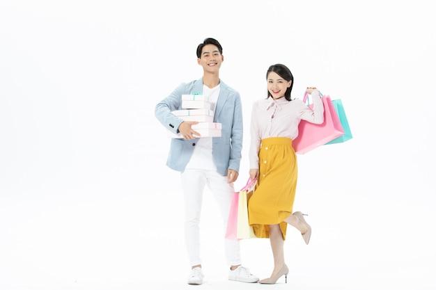 Szczęśliwa para mężczyzna i kobieta z torby na zakupy na białym tle