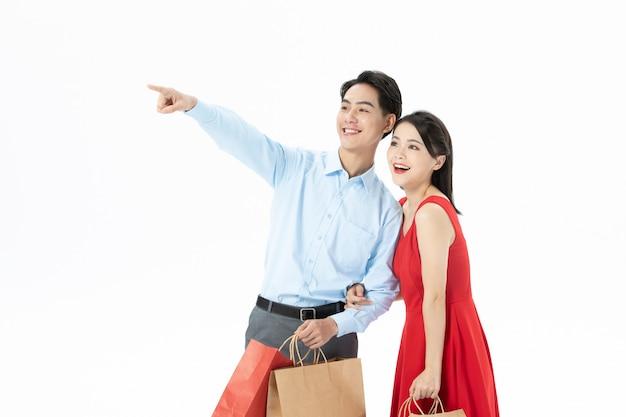 Szczęśliwa para mężczyzna i kobieta z torby na zakupy
