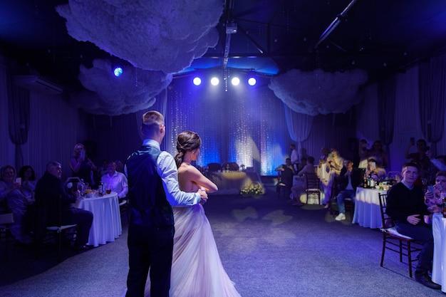 Szczęśliwa para młoda i ich pierwsze taneczne wesele w eleganckiej restauracji