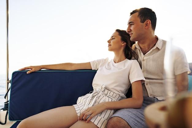 Szczęśliwa para na jachcie latem na romantycznych wakacjach