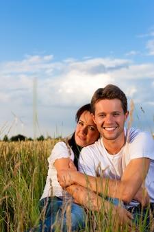 Szczęśliwa para na lato łące