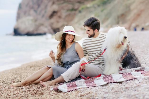 Szczęśliwa para na plaży