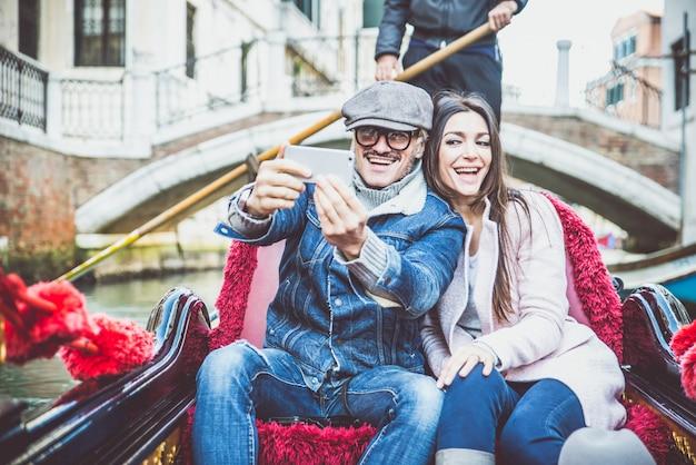 Szczęśliwa para na romantyczne wakacje w wenecji