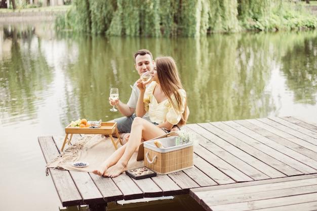 Szczęśliwa para na romantycznym pikniku ludzie bawią się na letnich wakacjach, styl życia