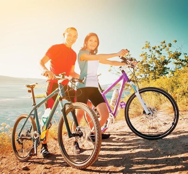 Szczęśliwa para na rowerach sportowa rodzina