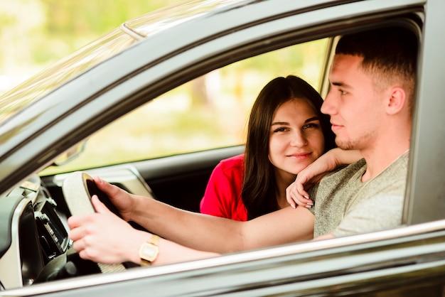 Szczęśliwa para na wycieczce samochodowej