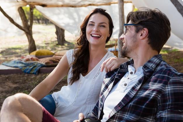 Szczęśliwa para na zewnątrz namiotu