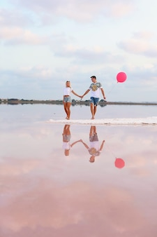 Szczęśliwa para nad jeziorem trzymać się za ręce