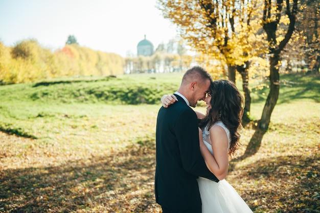 Szczęśliwa para narzeczonych spaceru w parku jesień