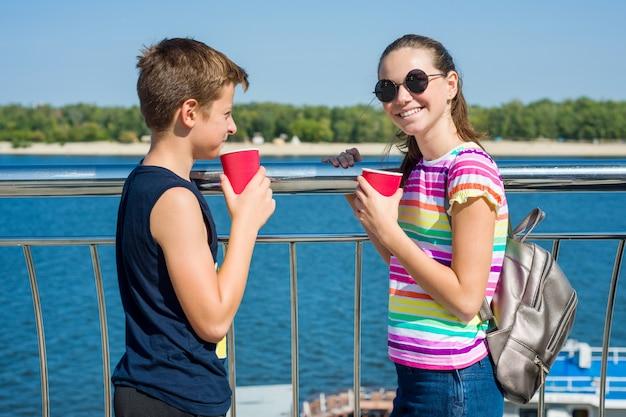 Szczęśliwa para nastolatków idzie, rozmawia