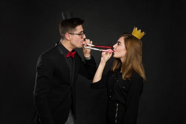 Szczęśliwa para obchodzi urodziny.