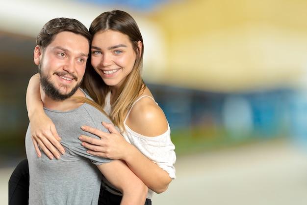 Szczęśliwa para obejmuje kamerę i patrzeje