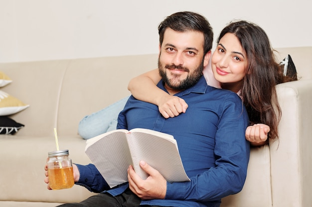 Szczęśliwa para odpoczywa w domu