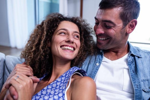 Szczęśliwa para ono uśmiecha się i obejmuje