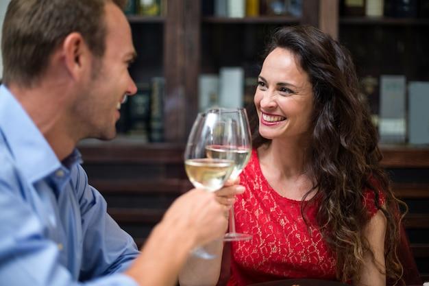 Szczęśliwa para opiekania flety szampana