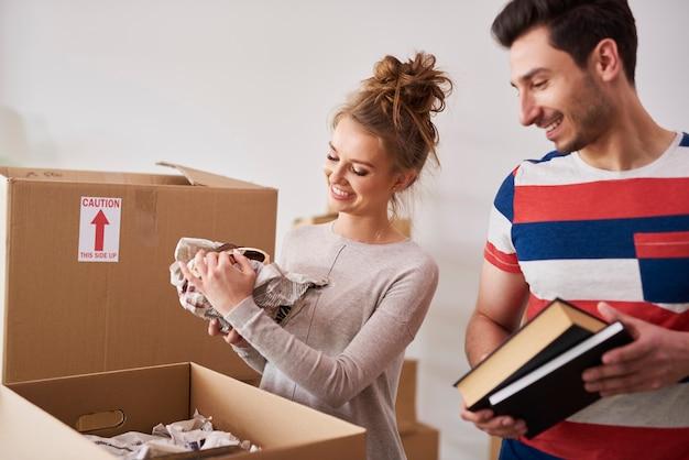 Szczęśliwa para pakująca swoje rzeczy do pudełek