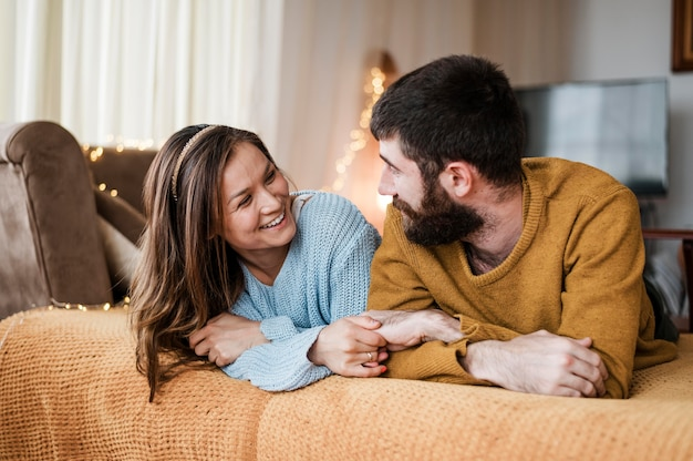 Szczęśliwa para patrząc na siebie