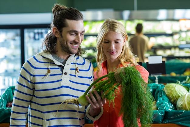 Szczęśliwa para patrzeje koperu w organicznie sekci