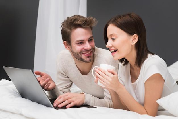 Szczęśliwa para patrzeje laptop