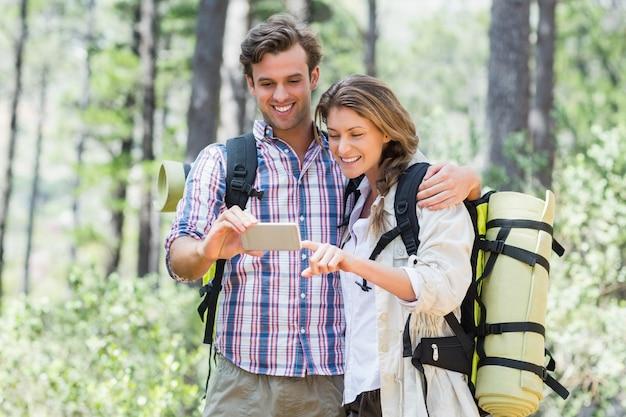 Szczęśliwa para patrzeje mądrze telefon