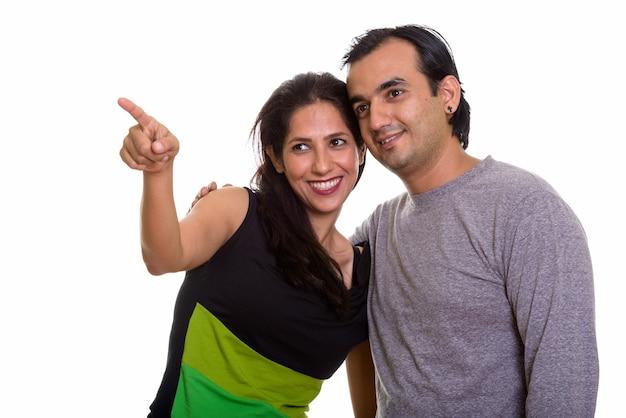 Szczęśliwa para persów razem uśmiechając się i patrząc na odległość