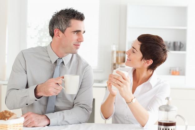 Szczęśliwa para picia kawy