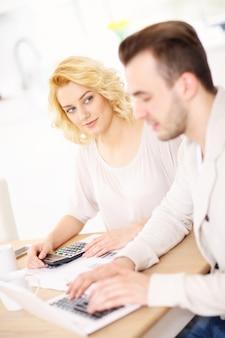 Szczęśliwa para planuje domowy budżet w kuchni