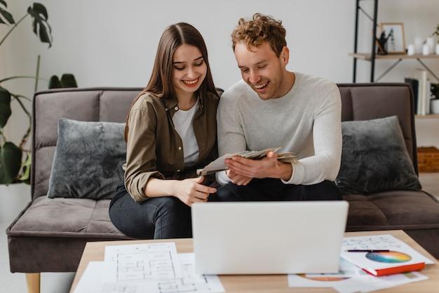 Szczęśliwa para planuje wspólnie przebudować dom