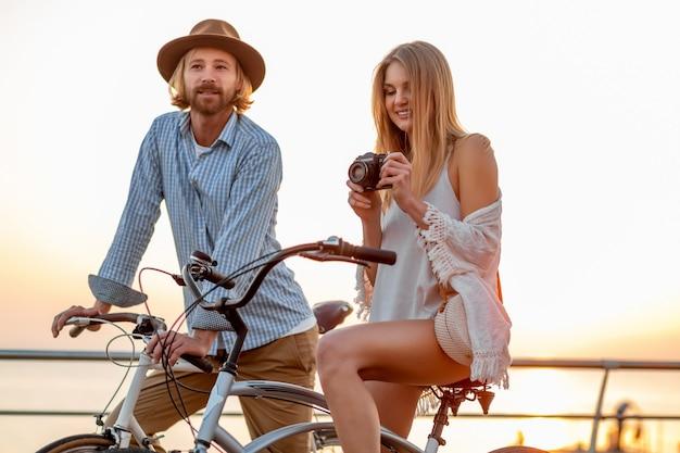Szczęśliwa para podróżująca latem na rowerach, robienie zdjęć