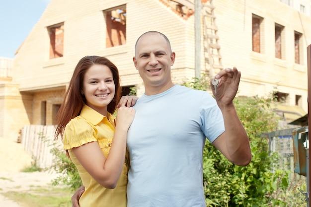 Szczęśliwa para przeciw budynek nowemu domowi