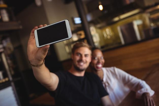 Szczęśliwa para przy selfie z telefonu komórkowego