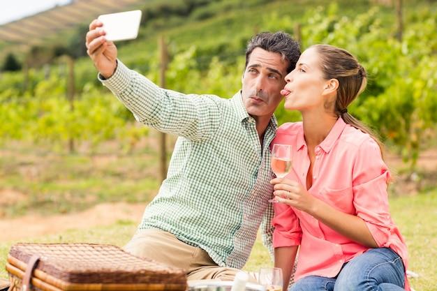 Szczęśliwa para przy selfie