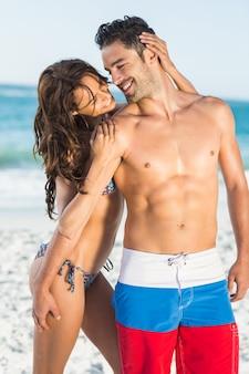 Szczęśliwa para przytulanie na plaży